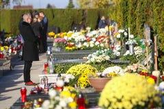 Arranjos florais em sepulturas Foto de Stock