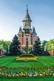 Arranjos florais em Victory Square, com catedral ortodoxo mim Imagem de Stock