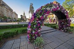 Arranjos florais em Victory Square, com catedral ortodoxo mim Fotografia de Stock