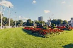 Arranjos florais na frente do Buckingham Palace Imagens de Stock