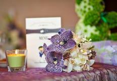 Arranjos florais no detalhe da cerimônia de casamento imagem de stock