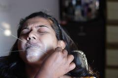 Arranque e remoção dolorosos dos cabelos do bordo superior de uma senhora com rosqueamento procedimento cosmético do epilation na imagens de stock royalty free