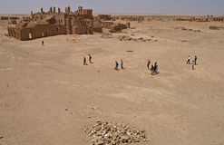 Arrassafeh废墟的访客在Raqqa附近的在叙利亚 免版税库存图片