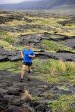 Arraste corredor running do homem da aptidão ultra na natureza Imagem de Stock
