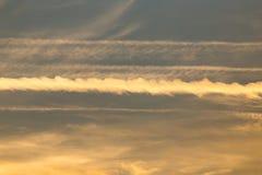 Arraste do plano no céu no por do sol imagens de stock royalty free