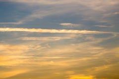 Arraste do plano no céu no por do sol fotografia de stock royalty free
