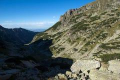 Arraste escalando um pico do malyovitsa, montanha de Rila Foto de Stock Royalty Free