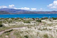 Arraste a Grey Hut no parque nacional de Torres del Paine, região de Magallanes, o Chile do sul fotos de stock