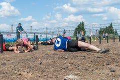 Arrastramiento de los atletas debajo del alambre de púas Tyumen Rusia Foto de archivo libre de regalías
