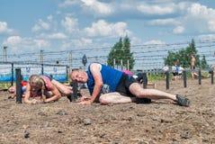 Arrastramiento de los atletas debajo del alambre de púas Tyumen Rusia Foto de archivo