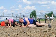 Arrastramiento de los atletas debajo del alambre de púas Tyumen Rusia Imágenes de archivo libres de regalías