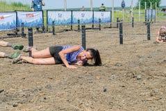 Arrastramiento de los atletas debajo del alambre de púas Tyumen Rusia Fotos de archivo