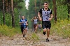Arrastramiento de los atletas debajo del alambre de púas Tyumen Rusia Imagen de archivo libre de regalías