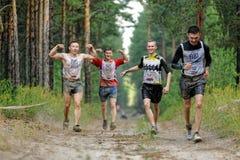 Arrastramiento de los atletas debajo del alambre de púas Tyumen Rusia Fotografía de archivo