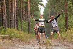 Arrastramiento de los atletas debajo del alambre de púas Tyumen Rusia Imagenes de archivo