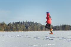 Arrastre al hombre del corredor en la raza del deporte de invierno al aire libre Fotografía de archivo libre de regalías