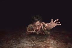 Arrastre asiático asustadizo del hombre del zombi Imagen de archivo libre de regalías