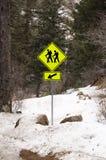Arrastre caminar esta manera firman adentro las montañas Imagenes de archivo
