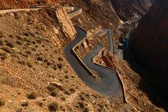 Arrastre como el camino de la serpiente en la garganta de Dades, Marruecos Imagenes de archivo