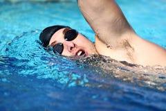 Arrastre de la natación del hombre Imagen de archivo