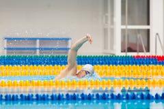 Arrastre de la natación del nadador del hombre en agua azul Fotos de archivo libres de regalías