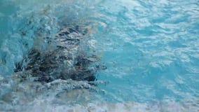 Arrastre de la natación de la mujer en poo y la fabricación del movimiento de torneado almacen de metraje de vídeo