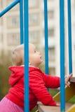 Arrastre del bebé encima de las escaleras en patio Foto de archivo