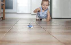 arrastre del bebé Higiene en casa con concepto de los bebés Foto de archivo