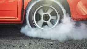 Arrastre el neumático de la quemadura del coche de competición en la línea del comienzo almacen de metraje de vídeo