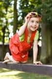 Arrastre feliz de la chica joven en el haz en el parque Fotografía de archivo
