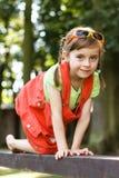 Arrastre feliz de la chica joven en el haz en el parque Fotos de archivo