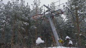 Arrastre la elevación, remonte, torciendo elevaciones del mecanismo alrededor Remolque de cuerda en una estación de esquí Yugo de metrajes