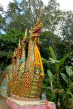 Arrastre las estatuas, nagas, en un templo Imagenes de archivo