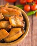 Arrastre los pescados principales fritos con los pescados de la cabeza de la serpiente fritos con la inmersión picante fermentada  Fotos de archivo