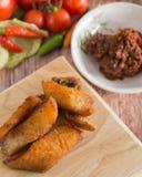 Arrastre los pescados principales fritos con los pescados de la cabeza de la serpiente fritos con la inmersión picante fermentada  Fotos de archivo libres de regalías