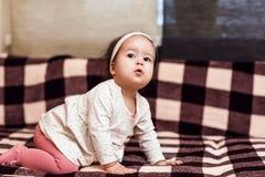 Arrastres de un bebé del año Imágenes de archivo libres de regalías