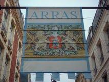 Arraszeichen mit freundlichen Besuchern des historischen Kamms zur Stadt Stockbilder