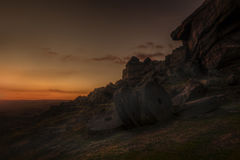 Arrebol da tarde do por do sol em rochas Fotografia de Stock Royalty Free