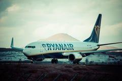 Arrecife, Ισπανία -22 το Μάρτιο του 2015: Το επιβατηγό αεροσκάφος Ryanair είναι τα larges Στοκ Εικόνα