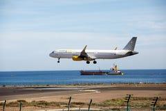 ARRECIFE, ΙΣΠΑΝΙΑ - 2 ΔΕΚΕΜΒΡΊΟΥ 2016: Airbus A321 Vueling που προσγειώνεται Στοκ φωτογραφία με δικαίωμα ελεύθερης χρήσης