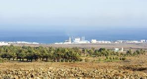 Arrecife τοπίο με τις εγκαταστάσεις θερμικής παραγωγής ενέργειας στο υπόβαθρο Στοκ φωτογραφία με δικαίωμα ελεύθερης χρήσης