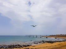 Arrecife-Flughafen auf der Insel von Lanzarote, Kanarische Inseln Spanien-Bild des Meeres, des Strandes und der Platte der Lichte lizenzfreie stockfotografie