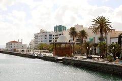 ARRECIFE, SPANIEN - 20. APRIL 2018: Arrecife-Seeseite mit Palmen und Gebäuden, Lanzarote, Spanien Stockfotografie