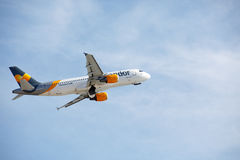 ARRECIFE, SPANIEN - 2. DEZEMBER 2016: Airbus A320 des Kondorstarts an L Lizenzfreies Stockbild