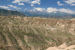 Arredores em Quirguizistão, montanhas do lago Issyk Kul de Tian Shan fotos de stock royalty free