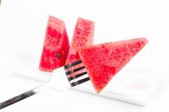 Arregle el pedazo de sandía fresca en plato con la bifurcación fotografía de archivo libre de regalías