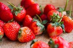 Arregle el saco de las fresas como fondo Imagen de archivo