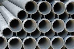Arregle el tubo del cemento en la acción imagenes de archivo