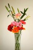 arregle la flor en el florero de cristal   imagen de archivo libre de regalías