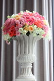 Arregle las flores en un florero fotografía de archivo libre de regalías